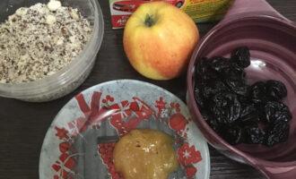 Шаг 1: Подготовьте продукты: овсяные хлопья, яблоко, мед, орехи, чернослив.