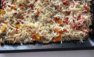 Шаг 8: Распределите начинку и посыпьте сыром. Затем поставьте обратно в духовку на 15-20 минут.