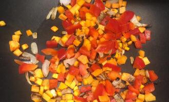 Шаг 3: Раскалите сковороду и добавьте чайную ложку кокосового масла. Обжарьте лук 5 минут, потом добавьте остальные овощи и приправы (перец Халапеньо и тмин). Позже добавьте воды, и жарьте еще 5-10 минут, пока овощи не станут мягкими.