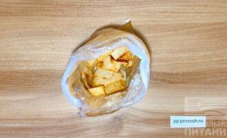 Шаг 4: Закройте пакет и встряхните несколько раз, чтобы специи и масло равномерно распределились по лавашу.