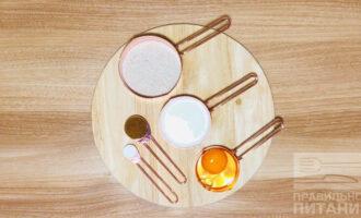 Шаг 1: Подготовьте следующие ингредиенты: кефир, цельнозерновую муку, яйцо, подсластитель, разрыхлитель.