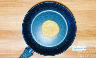 Шаг 5: Распределите тесто с помощью ложки на антипригарной сковороде.