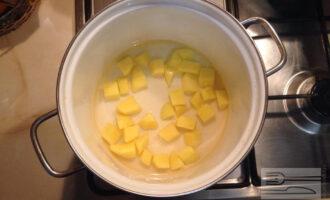 Шаг 2: Нарежьте картошку кубиками. Поместите в кастрюлю и залейте водой, что бы она покрывала картошку. Варите 15 минут.