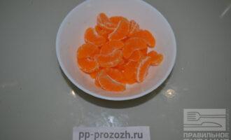Шаг 2: Очистите мандарины и от косточек, если они есть.