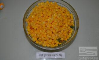 Шаг 5: Добавьте консервированную кукурузу.