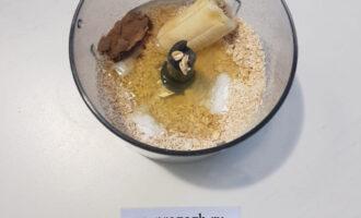 Шаг 3: Добавьте в перемолотые хлопья банан, разрыхлитель, какао и белок. Замесите эластичное тесто. Выложите в форму, сформируйте дно и бортики.