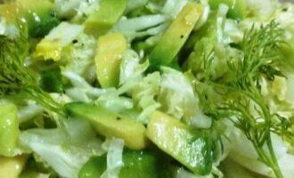 Шаг 6: Перемешайте салат и при подаче украсьте семенами льна.