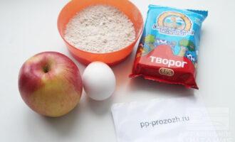 Шаг 1: Подготовте продукты для запеканки: творог, овсяную муку, яйцо, яблоко.