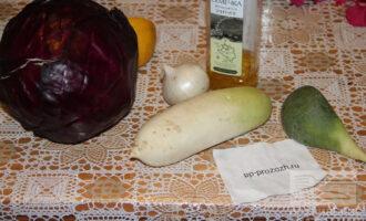 Шаг 1: Подготовьте овощи: дайкон, капусту, лук, масло.