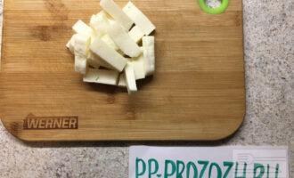 Шаг 3: Сыр нарежьте брусочками по количеству ваших кусочков мяса. По одному брусочку кладите на пласт мяса.