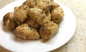 Шаг 8: Рулеты из куриного филе подойдут как на обед, так и на ужин. В качестве гарнира можно использовать овощной салат.