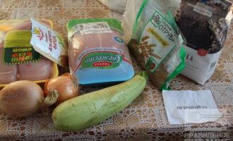 Шаг 1: Подготовьте ингредиенты: филе, кабачок, лук, отруби, цельнозерновую и обычную муку.