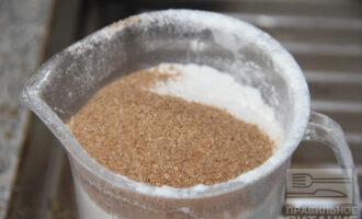 Шаг 2: Отмерьте пшеничную муку и добавьте одну столовую ложку отрубей.