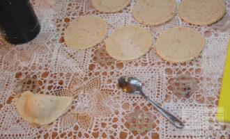 Шаг 9: Раскатайте часть теста, выдавите стаканом кружочки.