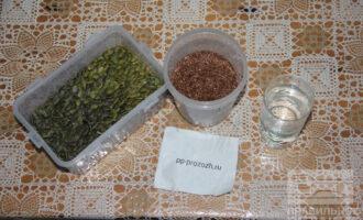 Шаг 1: Подготовьте ингредиенты: льняные и тыквенные семечки, воду.