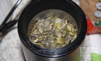 Шаг 3: Переложите семечки в кофемолку.