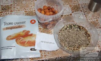 Шаг 1: Подготовьте ингредиенты: тесто слоеное бездрожжевое, семечки, курагу.