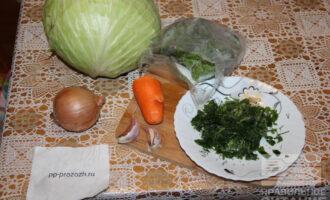Шаг 1: Подготовьте продукты: капусту, лук, морковь, зелень, шпинат.