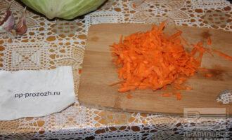 Шаг 2: Натрите морковь на тёрке.
