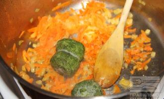 Шаг 7: Добавьте к луку и моркови шпинат.