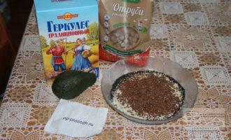 Шаг 1: Подготовьте ингредиенты: отруби, овсяные хлопья, авокадо и семечки.