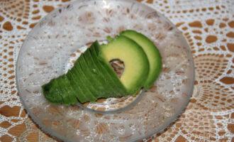 Шаг 4: Достанье авокадо ложкой из кожуры и нарежьте.