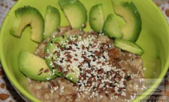 Шаг 5: Выложите готовую кашу на тарелку и добавьте авокадо.