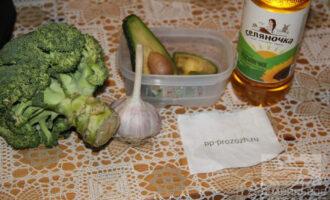 Шаг 1: Подготовьте ингредиенты: брокколи, авокадо, чеснок, лук, подсолнечное масло.