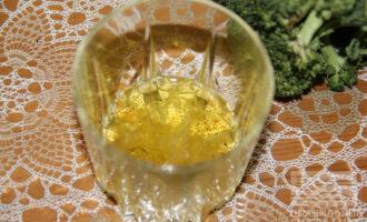 Шаг 2: Натрите чеснок на терке и добавьте в него нерафинированное подсолнечное масло.