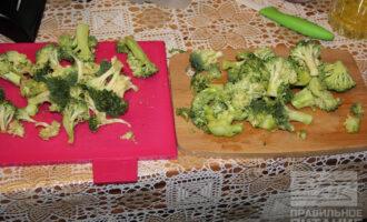 Шаг 4: Помойте и разберите брокколи на соцветия.