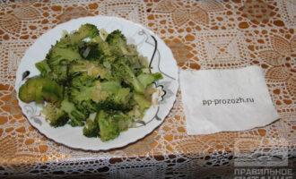 Шаг 6: Полейте готовое блюдо чесночным маслом, выложите порезанный авокадо на тарелку.