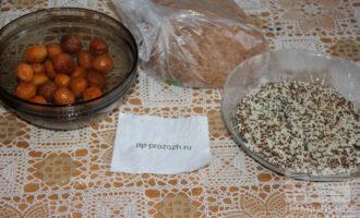 Шаг 1: Подготовьте ингредиенты: заранее замоченную курагу, хлеб, кунжутную смесь.