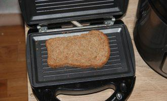 Шаг 3: Подсушите хлеб в тостере или на сковороде.