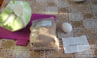 Шаг 1: Подготовьте ингредиенты: капусту, яйцо и отруби с кокосовым маслом.