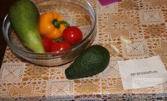 Шаг 1: Подготовьте ингредиенты: редьку, помидоры, перец, лимон и авокадо.