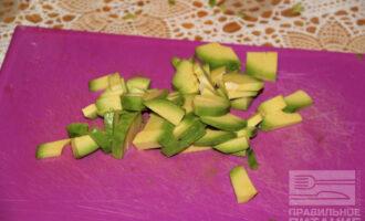 Шаг 5: Нарежьте авокадо.