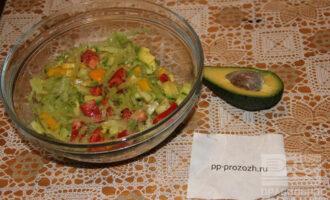 Шаг 6: Смешайте все овощи, полейте лимонным соком и посолите по вкусу. Салат готов, приятного аппетита!