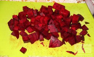 Шаг 2: Нарежьте свеклу кубиками.