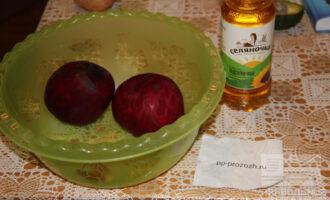 Шаг 1: Подготовьте ингредиенты: масло нерафинированное, чеснок, очищенную сырую свеклу.