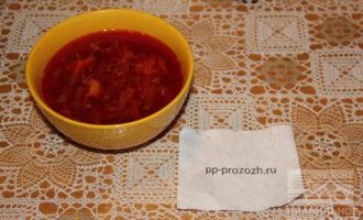 Шаг 10: Добавьте за 3 минуты до готовности чеснок и гималайскую соль. Борщ готов, приятного аппетита!