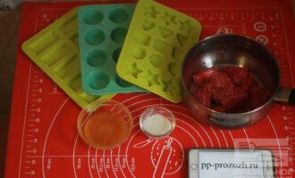 Шаг 1: После того, как подготовили все ингредиенты, залейте агар-агар водой и дайте набухнуть.