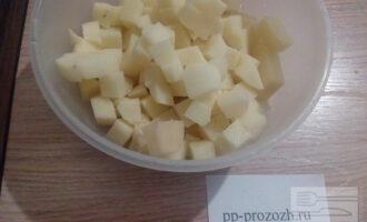 Шаг 7: Когда вода закипит, положите в кастрюлю картофель и  черный перец горошком. Немного посолите и варите 15 минут. Теперь добавьте огурцы и тушеные овощи. Варите с момента закипания 10 минут на минимальном огне. Попробуйте на вкус и, по необходимости, добавьте соль и лимонный сок. За пять минут до готовности положите лавровый лист и перловую крупу. Готовый суп снимите с плиты, положите нарезанную зелень и дайте настояться.