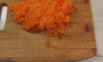Шаг 2: Морковь натрите на мелкой терке.