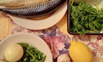 Шаг 1: Подготовьте ингредиенты: скумбрию размороженную, спаржу, лук репчатый, чеснок, лимон, оливковое масло, зелень.
