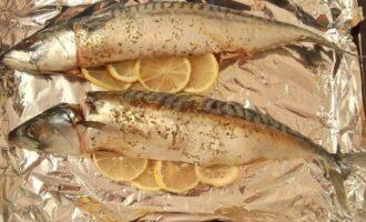Шаг 8: Застелите противень фольгой. Фаршируйте рыбу уже на противне, кладите в середину лимон.