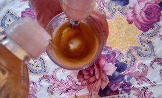 Шаг 3: Тонкой струйкой начните лить масло, не останавливая блендер.