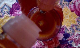 Шаг 4: Постепенно увеличивайте скорость вливания масла. Вы увидите, что  соус заметно густеет.