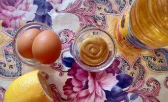 Шаг 1: Подготовьте все ингредиенты: яйца, масло подсолнечное, горчица, лимон.