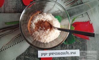 Шаг 3: Всыпьте в масло кэроб, стружку и по вкусу - сахарозаменитель.
