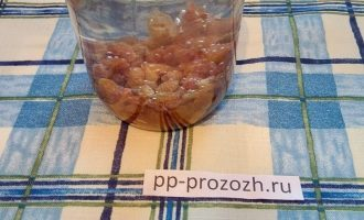 Шаг 4: Изюм залейте теплой водой и оставьте на 20 минут.